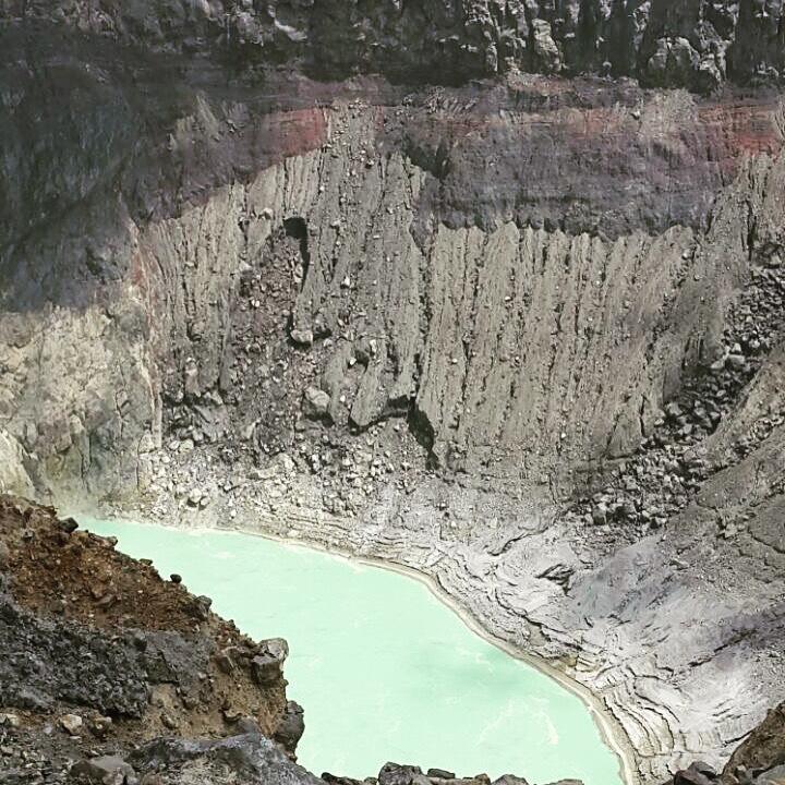 Laguna de azufre a interior del Volcan Santa Ana #ElSalvador #hiking#toursv